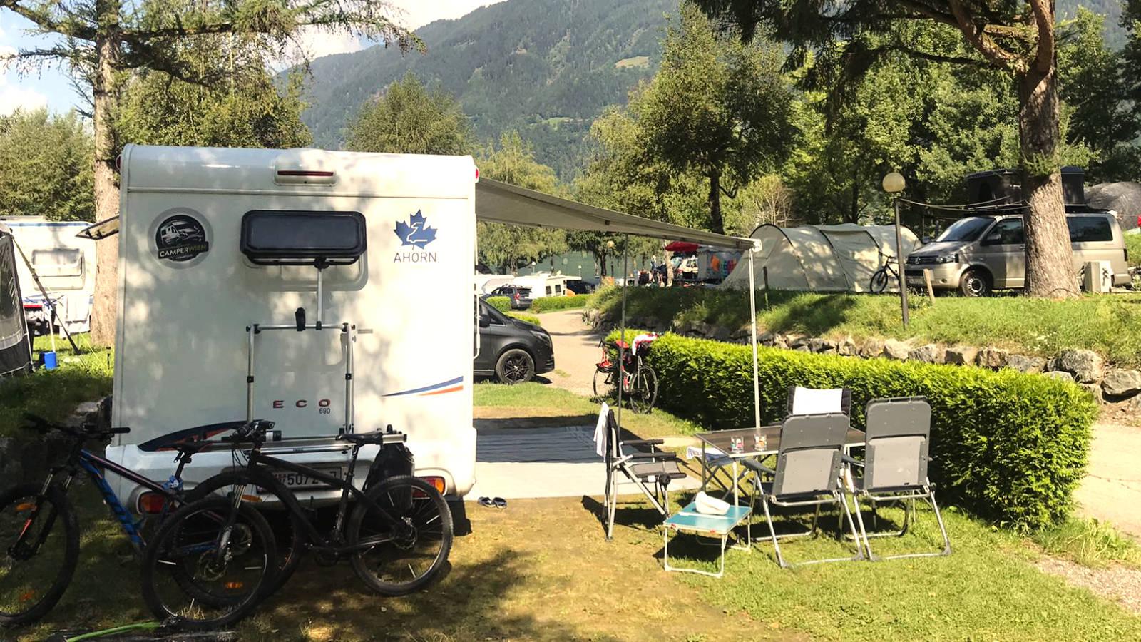 Wohnmobil von hinten auf einem Campingplatz