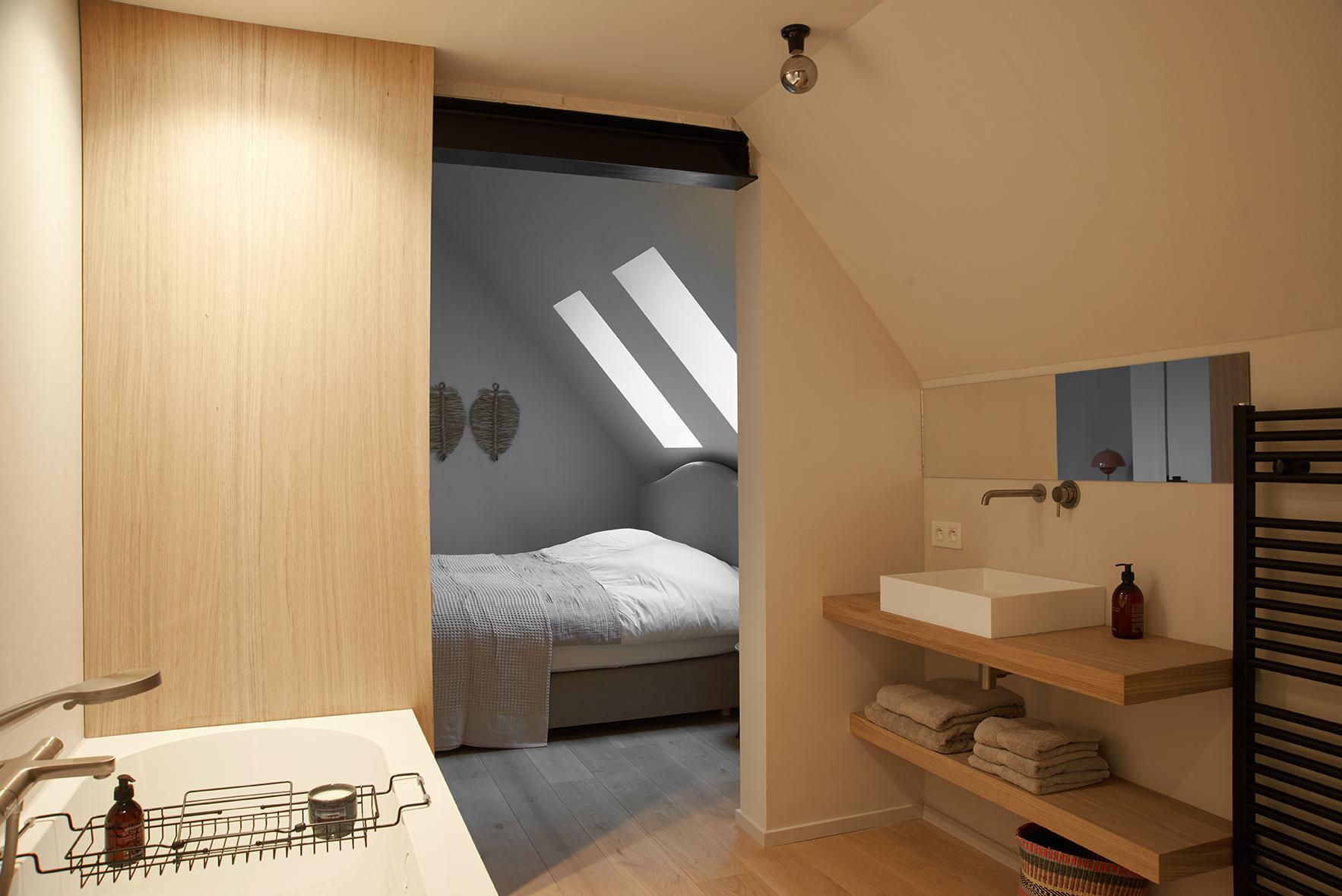 Deze gezellige kamer (20m2) beschikt over een royaal, handgemaakt, dubbel bed van de hoogste kwaliteit. De badkamer heeft een ligbad, regendouche, lavabo met spiegel en apart toilet. De mooie accenten in riet en natuurlijke materialen brengen je een stapje dichter bij de natuur… en bij elkaar.