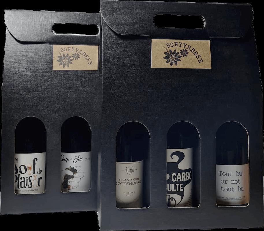 2 coffrets de 3 bouteilles de couleur noire, laissant apparente l'étiquette des bouteilles