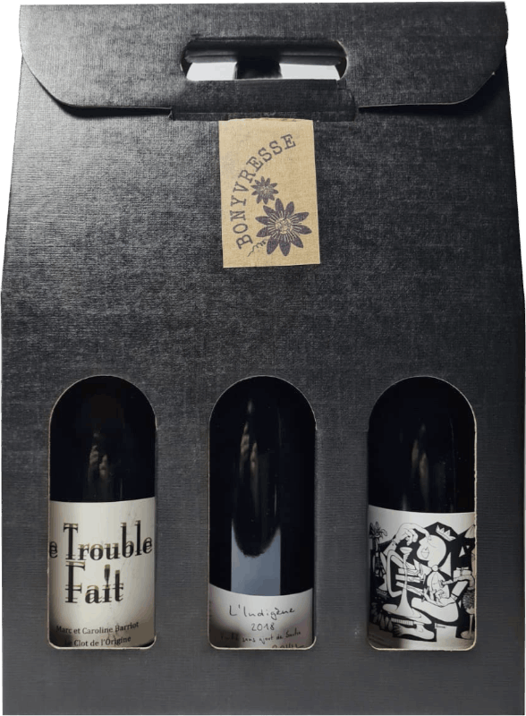 Coffret de 3 bouteilles de couleur noire, laissant apparente l'étiquette des bouteilles