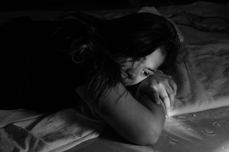 Femme qui souffre de stress et d'insomnie