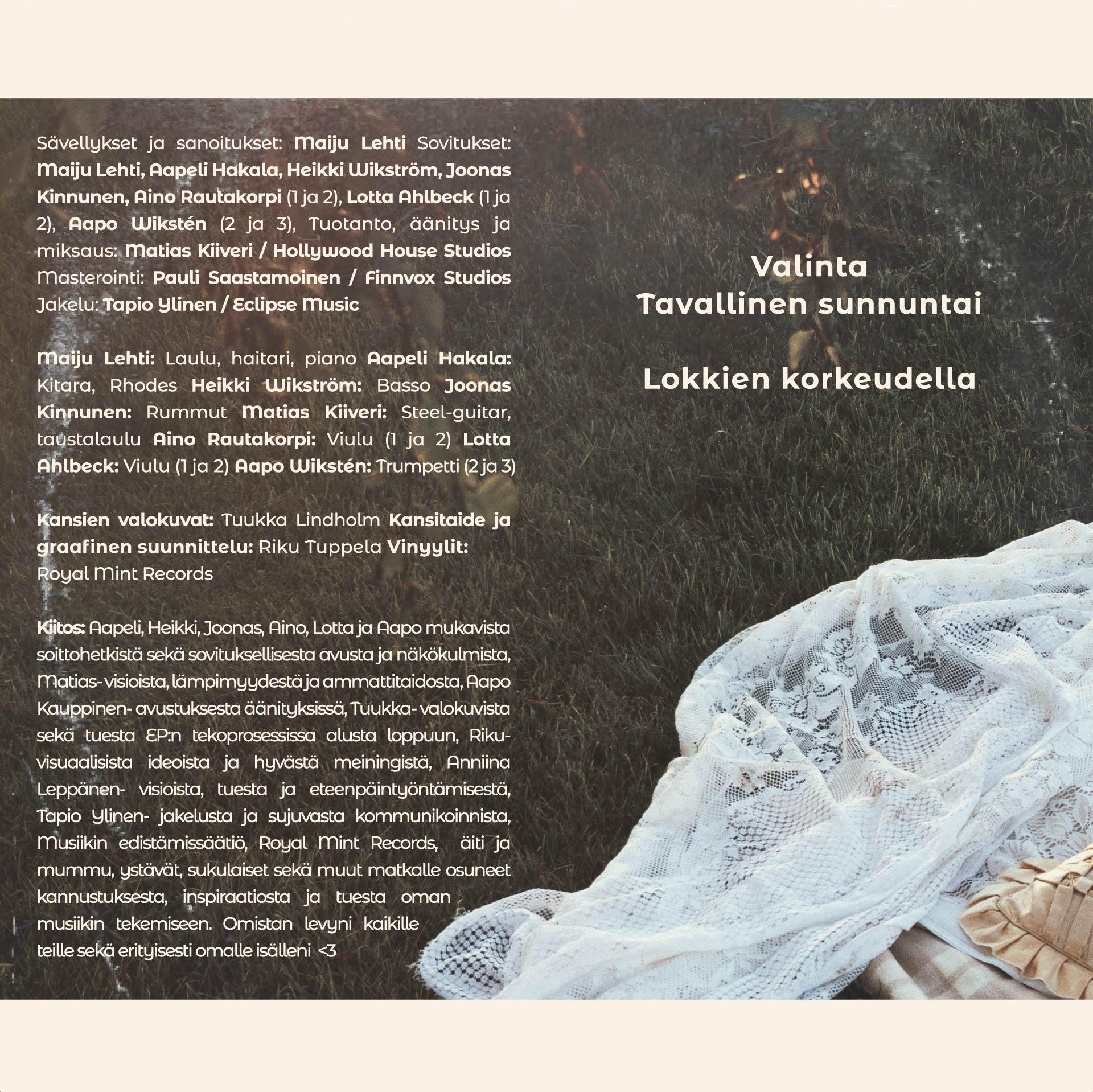 Maiju Lehti Molemmat tiedetään EP takakansi. Kuvassa on vastaleikattu nurmikko. Sen päällä valkoinen pitsiviltti, jonka päällä makaa kitara, silkkinen tyyny ja neljä omenaa.