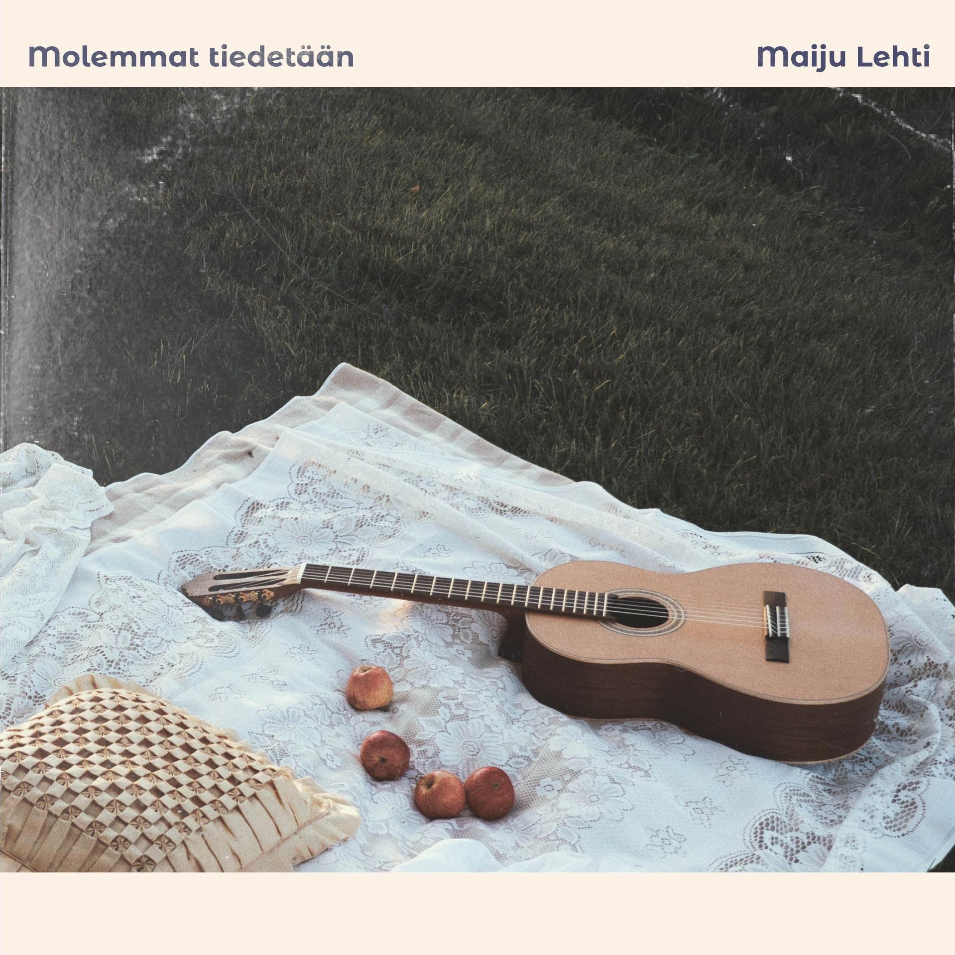 Maiju Lehti Molemmat tiedetään EP kansi. Kuvassa on vastaleikattu nurmikko. Sen päällä valkoinen pitsiviltti, jonka päällä makaa kitara, silkkinen tyyny ja neljä omenaa.