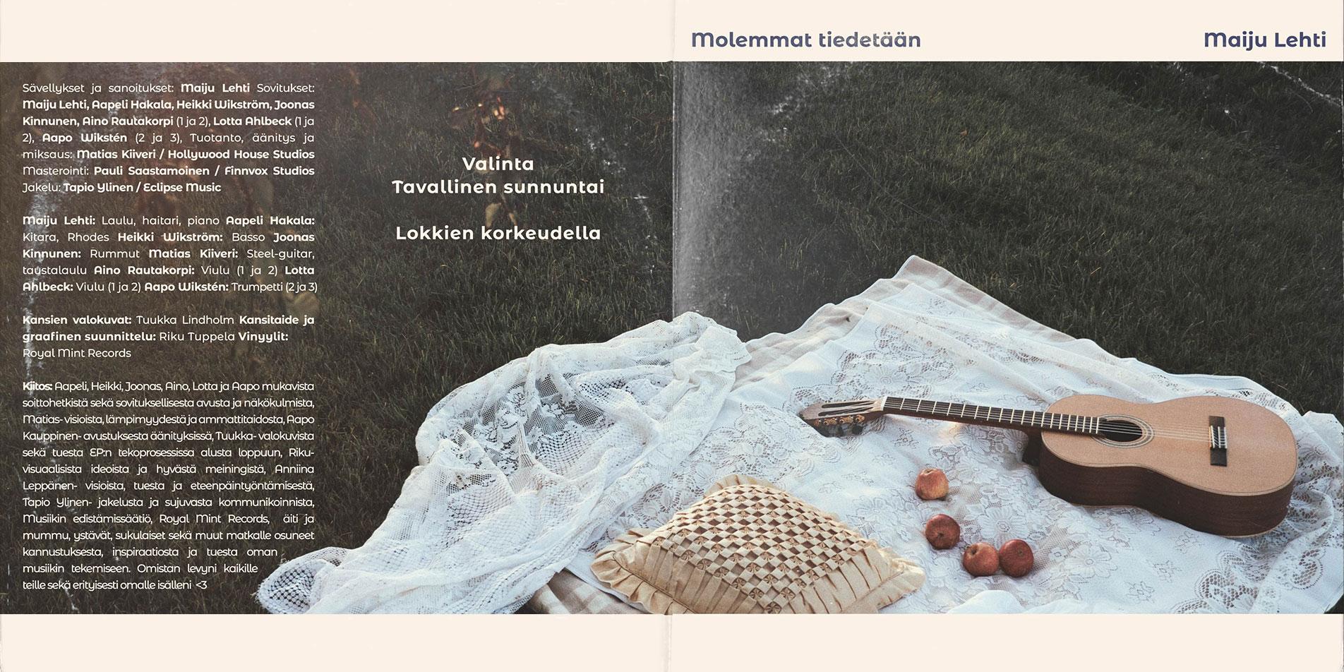 Maiju Lehti Molemmat tiedetään EP kansi avattuna. Kuvassa on vastaleikattu nurmikko. Sen päällä valkoinen pitsiviltti, jonka päällä makaa kitara, silkkinen tyyny ja neljä omenaa.