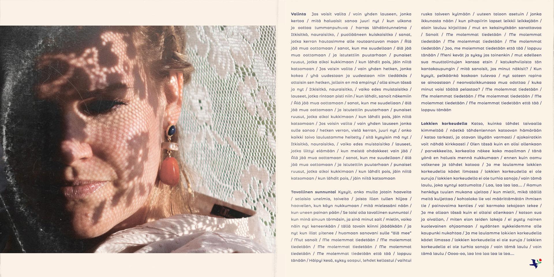 Maiju Lehti Molemmat tiedetään EP takakansi. Kuvassa näkyy Maijun ilta-auringossa kylpevät kasvot, joita varjostaa ylle vedetyn pitsiviltin kukkaiskuviot. Korvissaan Maijulla on isoäidin vanhat korvakorut, jotka sopivat Maijun uuden ilmeen väreihin.