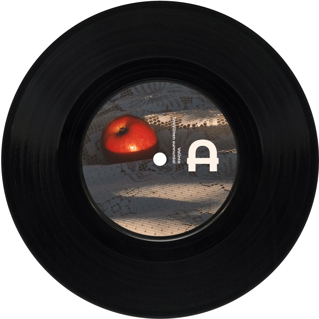 Maiju Lehti Molemmat tiedetään EP A-puoli. Kuvassa näkyy vinyylilev, jonka keskiössä on kuva ilta-auringossa kylpevästä pitsisellä viltillä makaavasta omenasta.