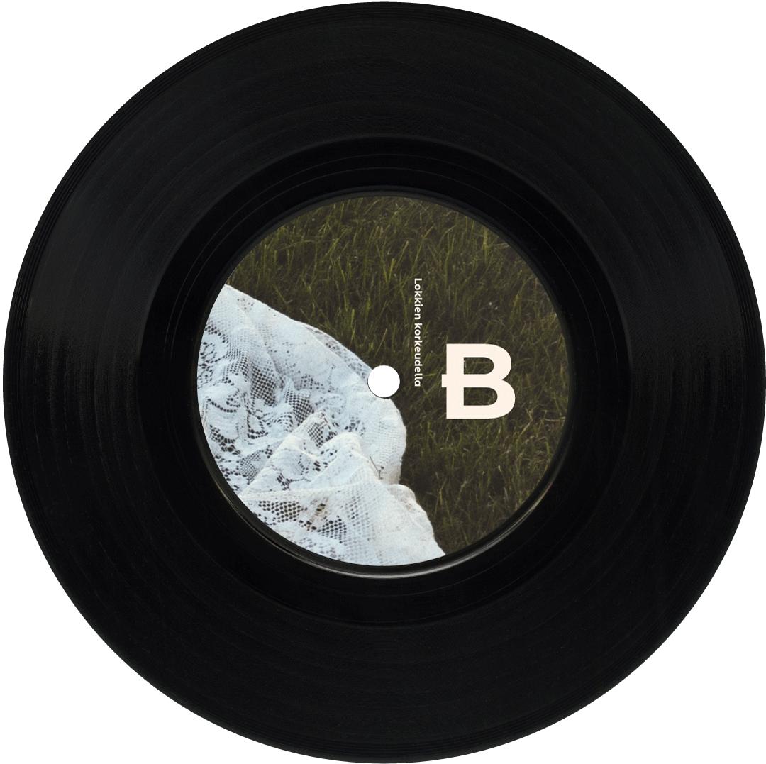 Maiju Lehti Molemmat tiedetään EP B-puoli. Kuvassa on vinyylilevy, jonka keskiössä näkyy vastaleikattu nurmikko, jonka päällä pitsinen viltti makaa.