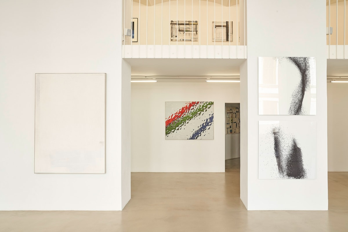 zs art gallery,  shows the gallery space with high white walls and a mezzanine with balcony showing artworks from Ingeborg G. Pluhar, Robert Staudinger und Alex Klein