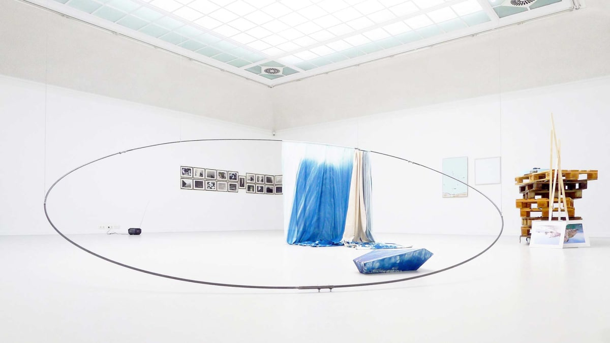 The Kunst Verein Konstanz present the artists Irena Eden & Stijn Lernout the image shows a white room where even the floor is white showing artworks from the artists, there is a huge metal thin tube like circle in the middle of the room.