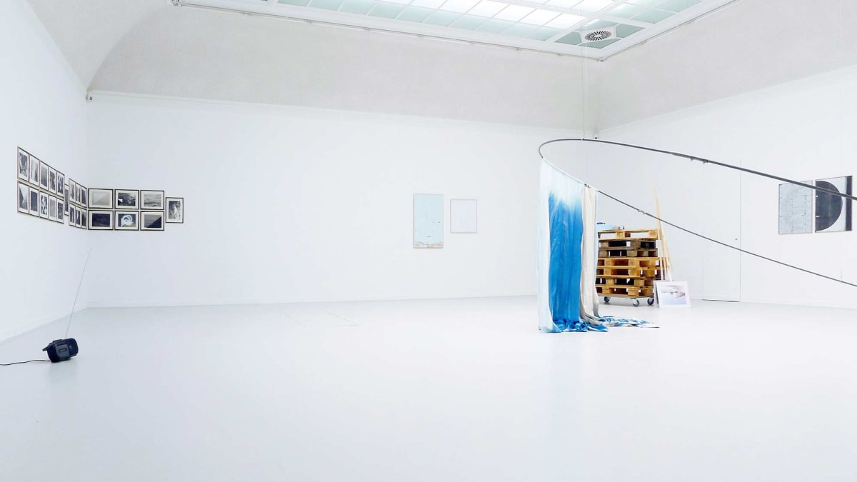 The Kunst Verein Konstanz present the artists Irena Eden & Stijn Lernout the image shows a large white room where even the floor is white and showing artworks from the artists