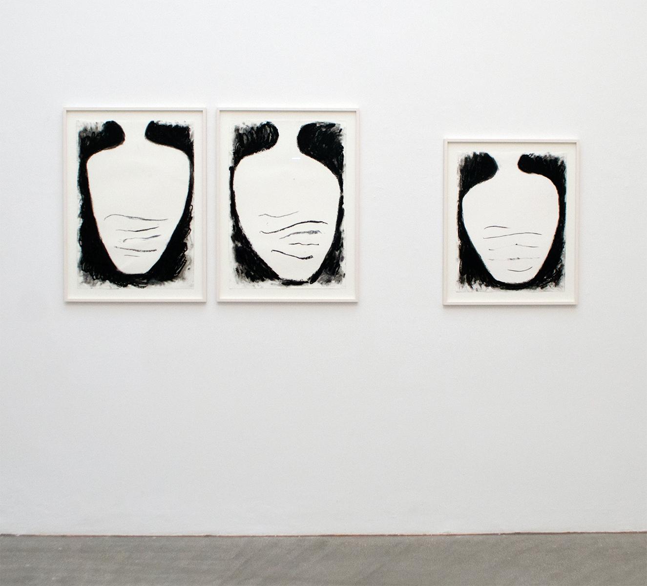 josef zekoff, vase, exhibition view, raum mit lichtt