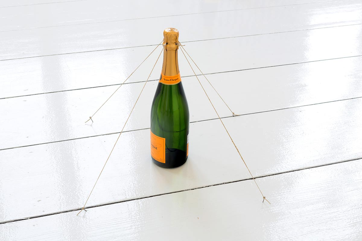 peter de meyer, installation, artwork, conceptual, champagner, room, white, bottle of, geukens de vil, gallery