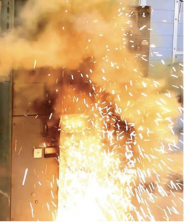 imagem de um quadro pegando fogo por causa do arco elétrico