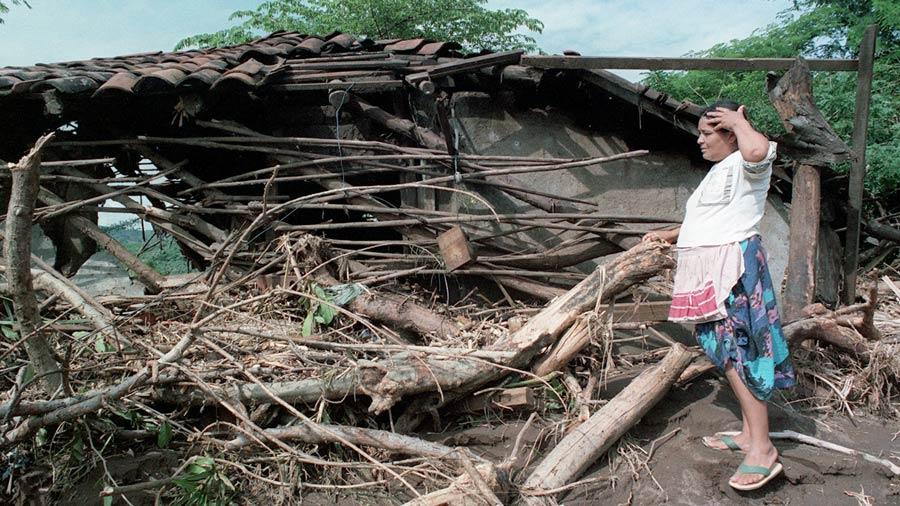 Abastecimiento de agua potable y electricidad a comunidades del Municipio de Suchitoto afectadas por el Mitch. El Salvador.