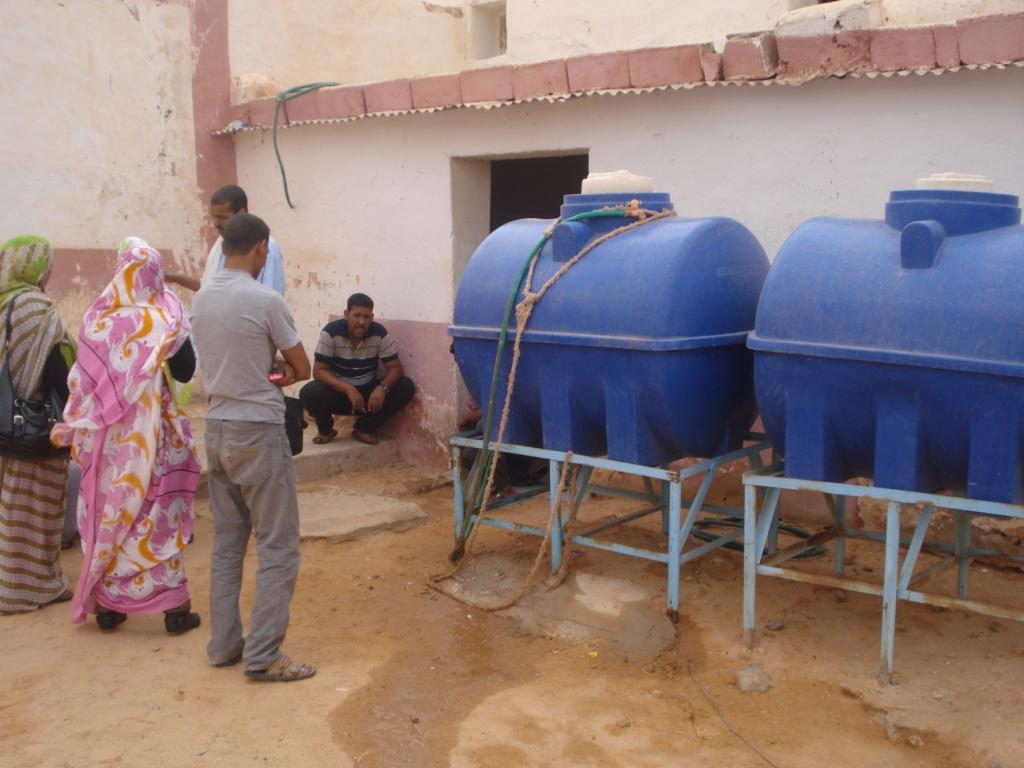Programa de optimización de sistemas de almacenamiento de agua potable a nivel familiar en los CCRR saharauis en Tindouf (Argelia) (modificado para suministrar cisternas en Escuelas en Bojador)