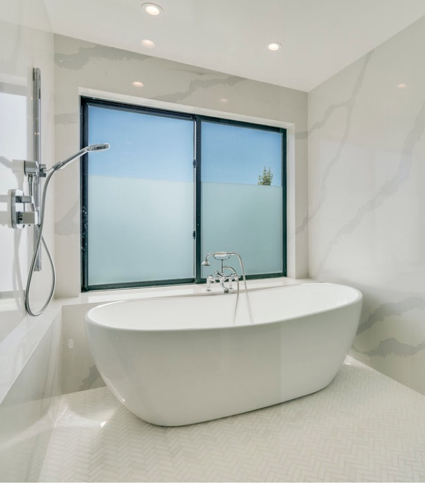 Crest Residence minimalist bathtub
