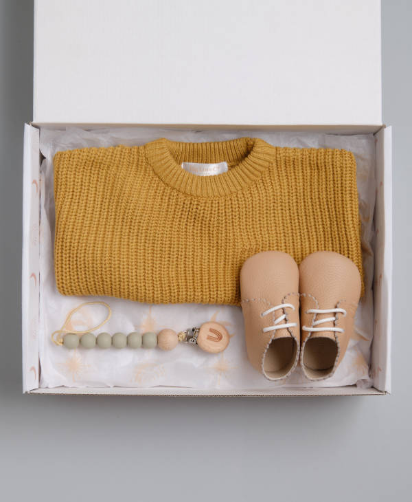 Newborn baby gift idea with oversized knitted babyjumper, dummy chain and leather baby shoes