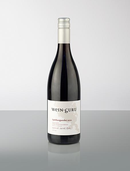 In Zusammenarbeit mit dem Spitzen-Winzer Martin Waßmer aus Baden ist Gunnar Tietz mit diesem Spätburgunder aus dem Jahrgang 2014 eine Qualität der besonderen Art gelungen. Der Wein präsentiert sich elegant und harmonisch am Gaumen mit Aromen von Waldbeeren und schwarzen Kirschen.