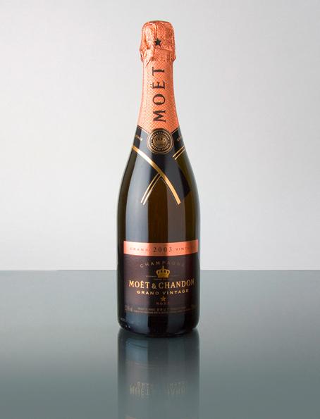 Der Grand Vintage Rosé 2003 ist ein feuriger Champagner von eigenwilliger Intensität. Erste Noten von roten und schwarzen Früchten (Erdbeere, Schwarzkirsche, Brombeere) entfalten sich blitzartig, unwiderstehlich und überzeugen mit Reife, Intensität und Wärme. Von der Reife dieses Champagners zeugt sein Nuancenreichtum, mit Kupfer- und Gewürznoten (Muskat) und Leder zum Auftakt, gefolgt von erfrischender roter Pampelmuse, Blutorange und sehr intensiven Rosenaromen. Der dichte, feurige Körper hinterlässt ein beindruckendes und unwiderstehliches Geschmackserlebnis. Schwarze Johannisbeere und Café leiten schließlich zu einem kraftvollen und dynamischen, Finale über, mit angenehmen Lakritz- und Zitrusnoten. Einem sehr ungewöhnlich verlaufenen Jahr und einer Beere von einzigartigem Charakter hat Moët & Chandon einen ebenso anspruchsvollen wie überzeugenden Champagner abzugewinnen verstanden. Einen Champagner, der mit seinem Glanz, seiner Eleganz und seiner spektakulären Festigkeit besticht und durch seine positiven Persönlichkeit überzeugt.
