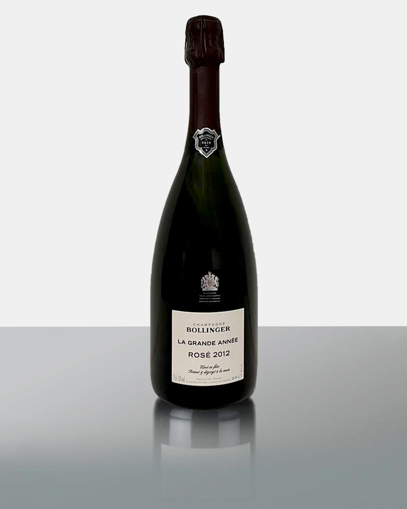 Der Bollinger La Grande Année Rosé 2012 ist die Cuvée de Prestige von Champagne Bollinger und wird nur in besonderen Jahren produziert, wenn bei der Weinlese optimale Bedingungen gegeben sind. Sie ist die Interpretation eines außergewöhnlichen Jahres, präsentiert sich mit einem Bouquet von Aromen roter Johannisbeeren und schwarzen Früchten gepaart mit Zitrusnoten. Am Gaumen ist frisch und cremig mit einer delikaten Säure, schönes Finish.- idealer Weise in einem großen Rotweinglas servieren…..!