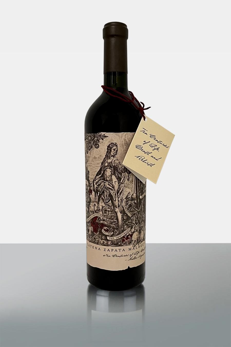 Die französische Rebsorte Malbec war früher auchbekannt unter dem Namen Côt. Im Bordeaux kommt diese herrliche Rebsorte kaum zum Zuge, im argentinischen Hochland aber läuft sie zu ganz großer Form auf. In Argentinien kommt sie zumeist reinsortig auf die Flasche und entwickelt eine sehr schöne, ausgeprägte und eigene Charakteristik. Schwarze Trauben für ihre großartigen Geschmacksnuancen binden Anklänge von Blaubeeren, Lorbeeren, Wacholder, Gewürzen und Kirschen lassen den Wein ganz besonders intensiv wirken. ImBordeaux kommt diese herrliche Rebsorte kaum zum Zuge, im argentinischen Hochland aber läuft sie zu ganz großer Form auf. In Argentinien kommt sie zumeist reinsortig auf die Flasche und entwickelt eine sehr schöne, ausgeprägte und eigene Charakteristik. Außerdem schätzen Weinkenner die fast schwarzen Trauben für ihre großartigen Geschmacksnuancen. Anklänge an Blaubeeren, Lorbeeren, Wacholder, Gewürzen und Kirschen lassen den Wein ganz besonders wirken.