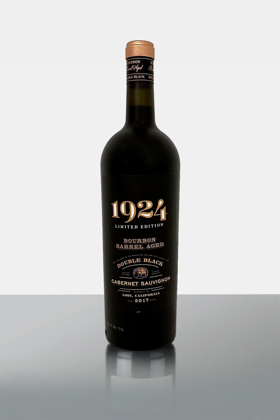 1924 - zur Zeit der Prohibition, pflanzte die Familie ihre ersten Weinberge. Dies inspirierte nun die Nachfolgegeneration zum Bourbon Barrel Aged Cabernet SauvignonNoten von Brombeeren, Feigen und warmen Gewürzen wie Vanille ist der, aus vollmundigem Cabernet Sauvignon vinifizierte und in Bourbonfässern gereifte Wein pure Kraft im GlasDie an Bourbon erinnernden Noten von Karamell, braunem Zucker und gerösteter Eiche ergeben einen großen Abgang