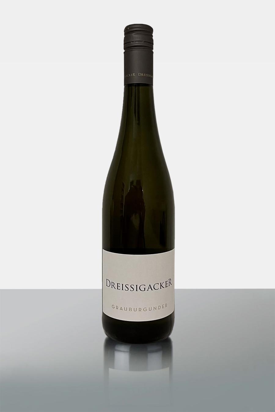 Auf der Suche nach duftigem und feinfruchtigem Weißwein? Dieser hier ist genau das, was man sich unter einem wunderbaren Wein vorstellt. Er ist wunderbar vital und lebendig. Charakterlich ist er wunderbar leicht. Das Bouquet des Trocken aus dem Jahr 2019 erinnert an Rosine, Melone und grüne Birne. Und noch mehr bietet er an: So fügen sich Aromen wie Nuss, Mandel und Butter ins Geschmacksbild. Der Wein strahlt in mittlerem Goldgelb. Ein Wein für jeden Anlass, du findest es heraus….!