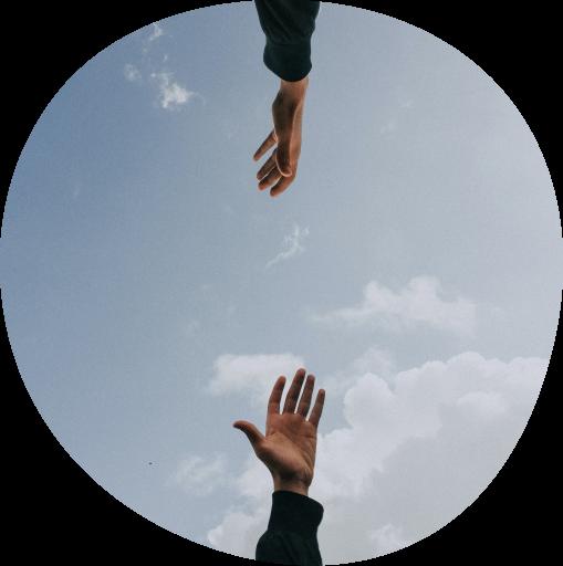 To hænder som er på vej mod hinanden