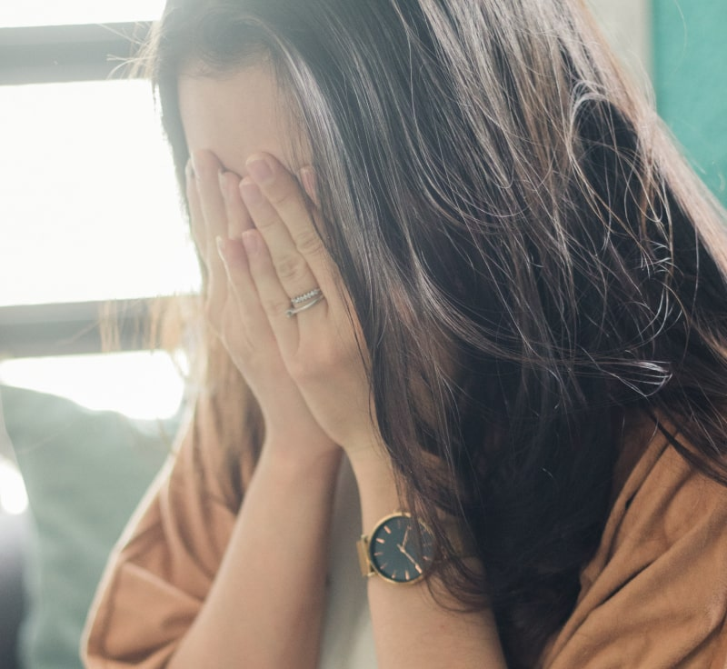 Billede af pige der holder hænderne for ansigtet