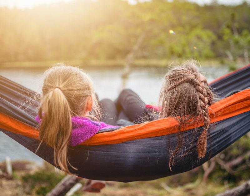 To piger som ligger i en hængekøje