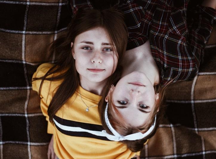 To unge piger