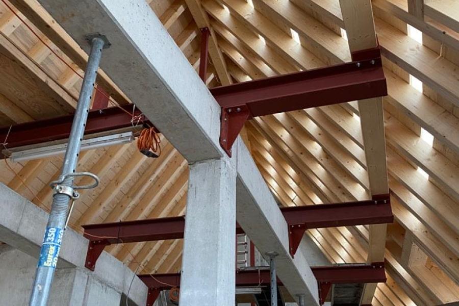 Erste Teile des Holzdachstuhls sind seit Ende 2020 auf dem Dach des Rundbogenbaus realisiert...