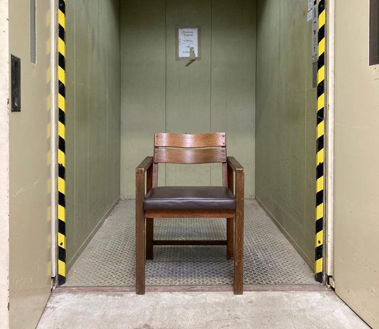 Stühle aus den 20er Jahren als Neuauflage bei BvA