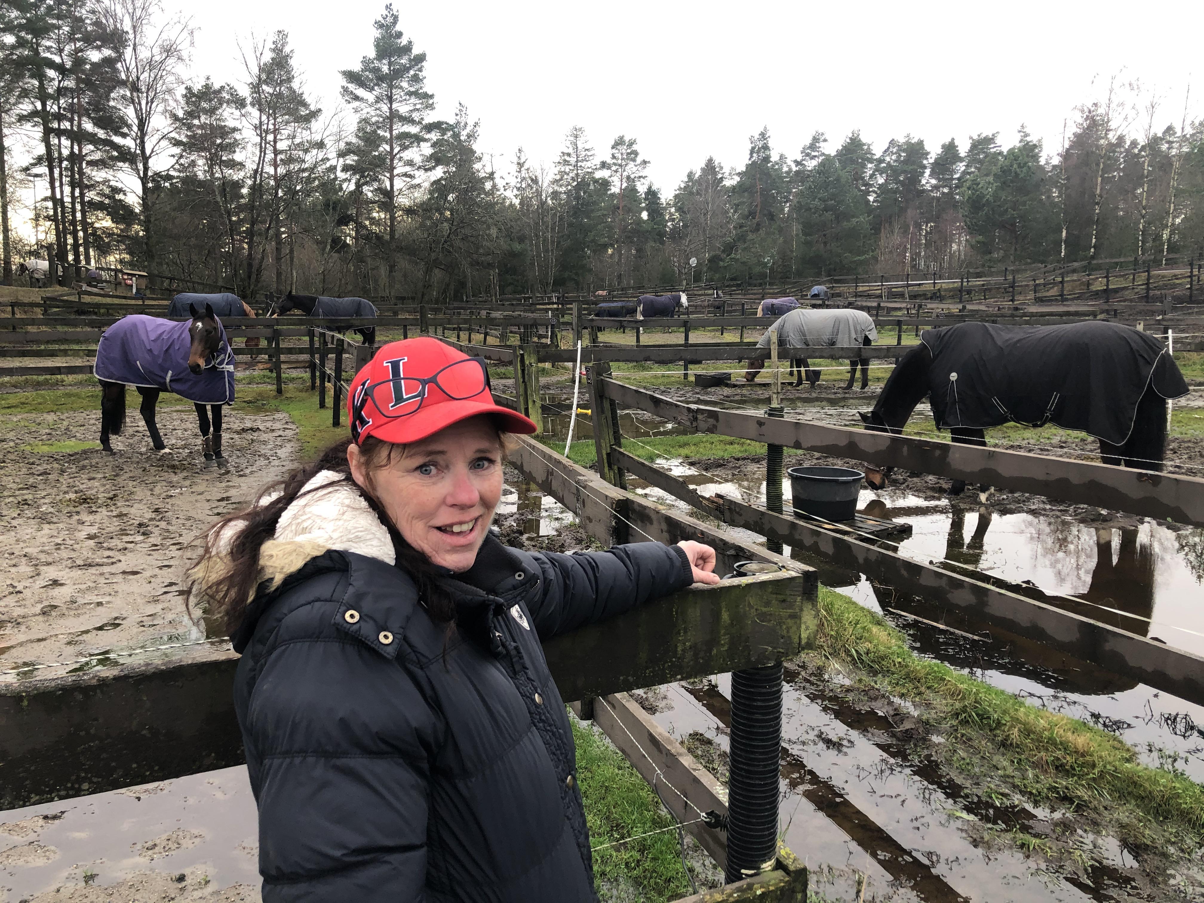 Gina Lindbæk Hansen eier og driver ridesenteret som har vært det eneste i landet med tilbud i regi av Idretten Skaper Sjanser. - Den beste medisinen er adrenalin og å holde seg i farta – sånn er jo livet for alle.