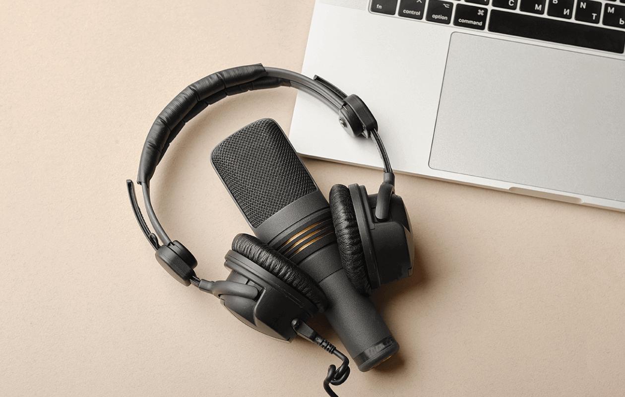 the 10 best podcast headphones blog image