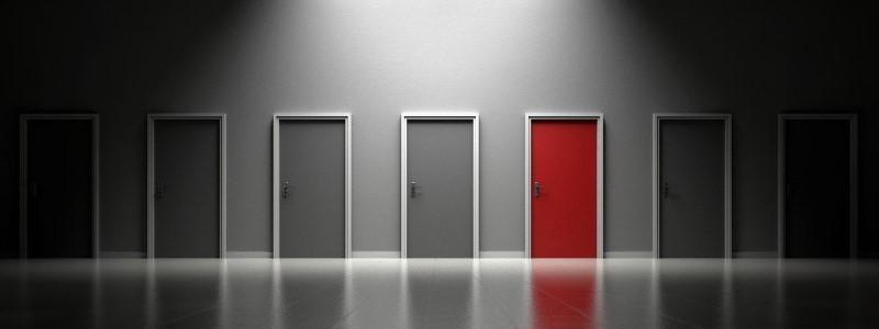 Quel ETF choisir : plusieurs portes, dont une rouge