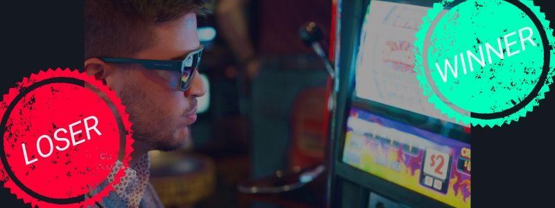 Homme qui joue à la machine à sous au casino comme à la bourse