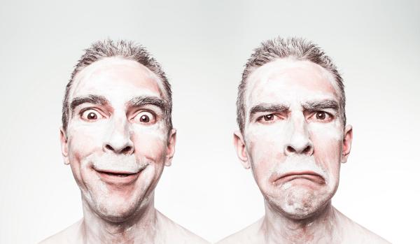 Deux hommes, deux visages : un investisseur heureux en bourse, un trader perdant en bourse