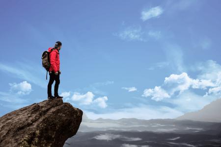 Un homme au bord d'une falaise représente le risque que chaque personne est susceptible de supporter pour réussir en bourse