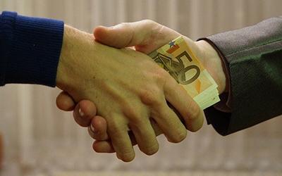 Un homme prête de l'argent à un autre