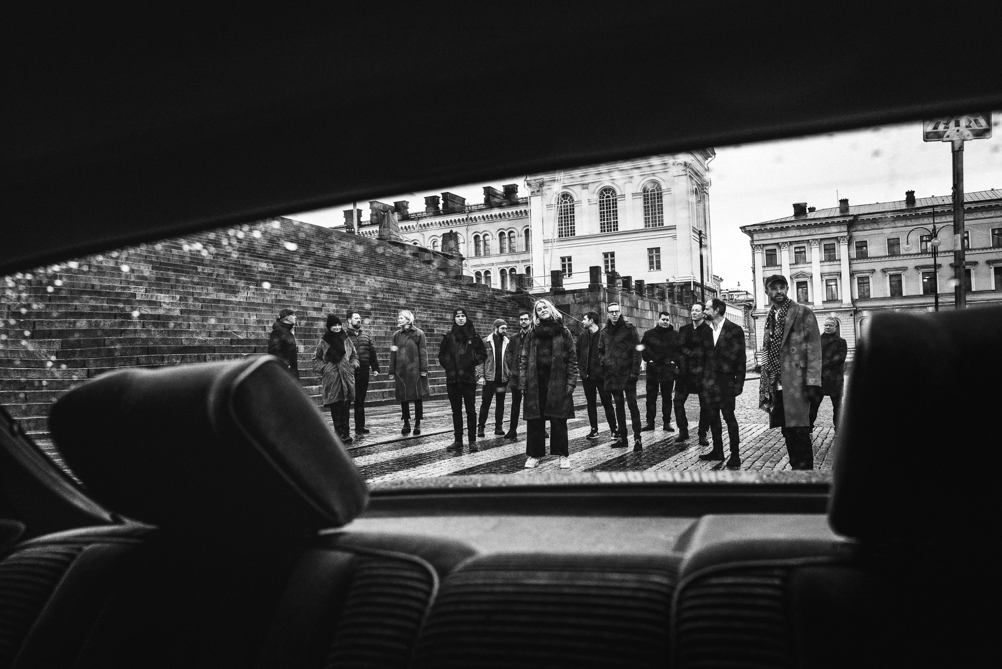 Raising HEL -ravintoloitsijat kuvattu auton takaikkunan läpi.