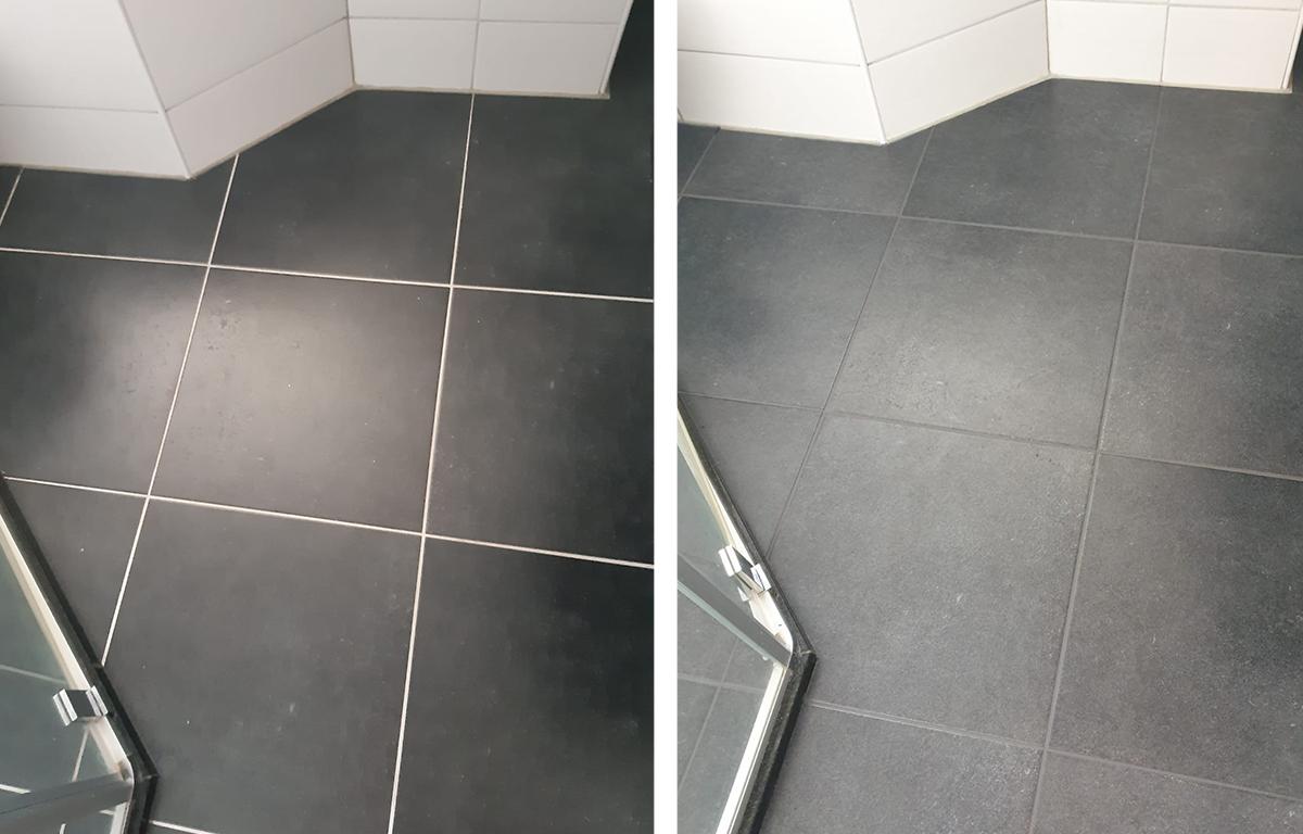 Badkamer met donkere vloer 1