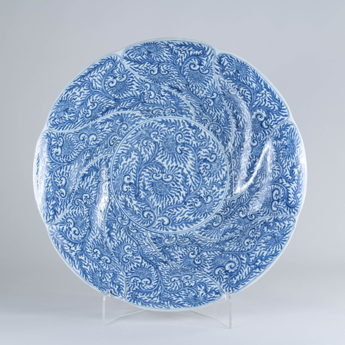 Large Chinese 18th century Kangxi Blue and White Charger
