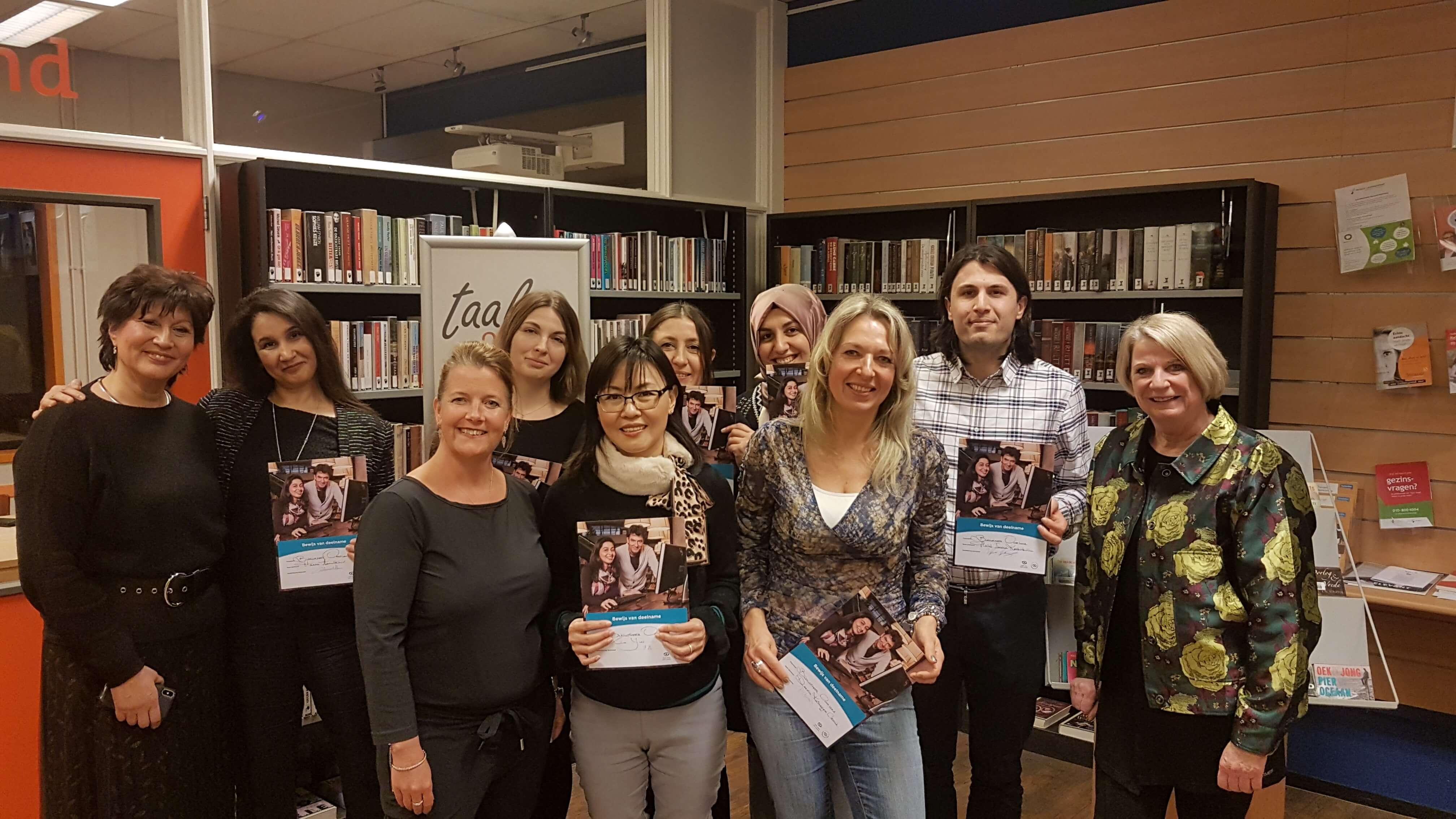 Peggy Scipio en Peta Klaassen met hun 'Op weg naar werk'-cursisten in het Bibliotheek Oostland Taalhuis