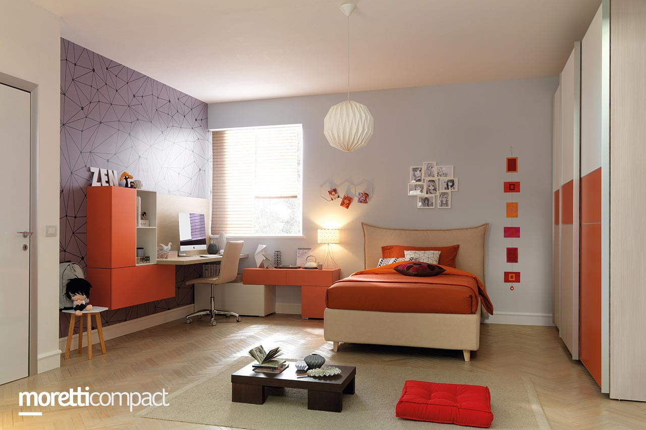 Camera da ragazzo con armadio scorrevole, letto singolo con testata Hug in tessuto, composizione wallbox con ruote, scrivania sospesa con wallbox a lato