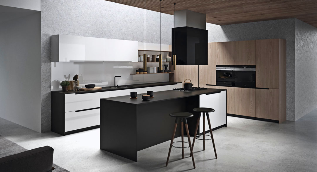 Cucina moderna bianca con isola centrale con snackbar e gola passante scura