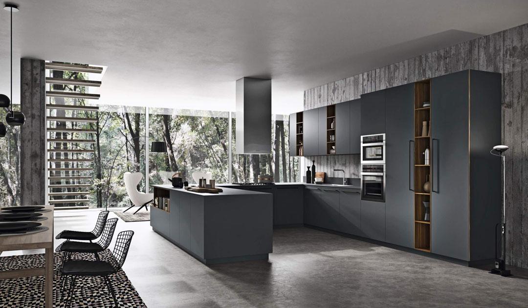 Cucina scura moderna ad angolo con tavolo separato ed elementi pensili e colonne con vani a giorno