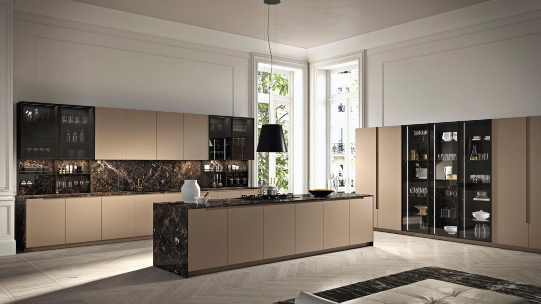 Cucina lineare con isola centrale e colonne contenitive con ante centrali con frontali in vetro