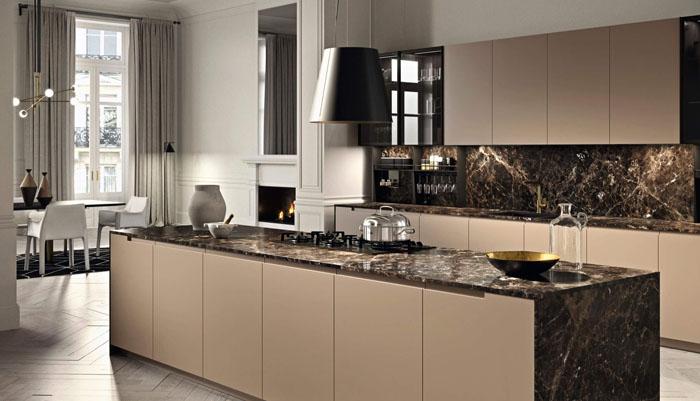 Cucina lineare con isola centrale con fianchi e top effetto marmo e pensili sospesi con ante in vetro