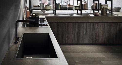 Cucina angolare moderna con lavello filo top e piano cottura ad induzione e top in gres